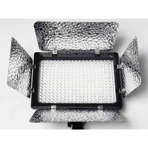 Накамерная светодиодная панель 300 диодов со шторками и сетевым адаптером Fotokvant LED-300 PB KIT